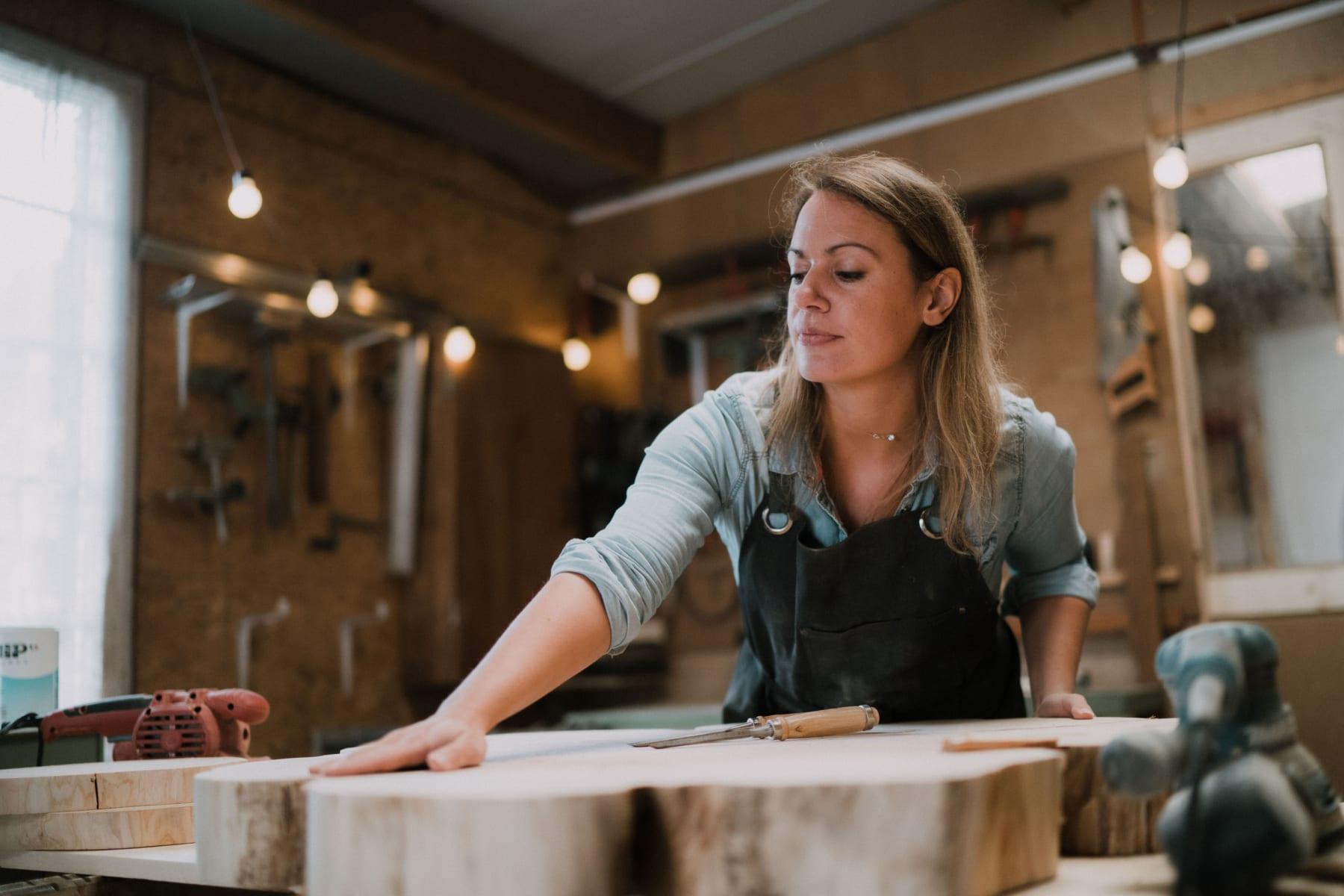Aurélie de Seawood touche une pièce de bois