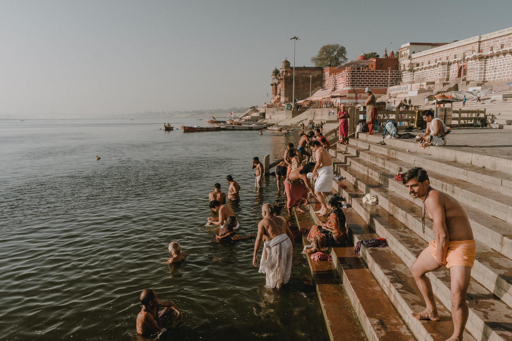 Bains matinaux sur un gath le long du Gange