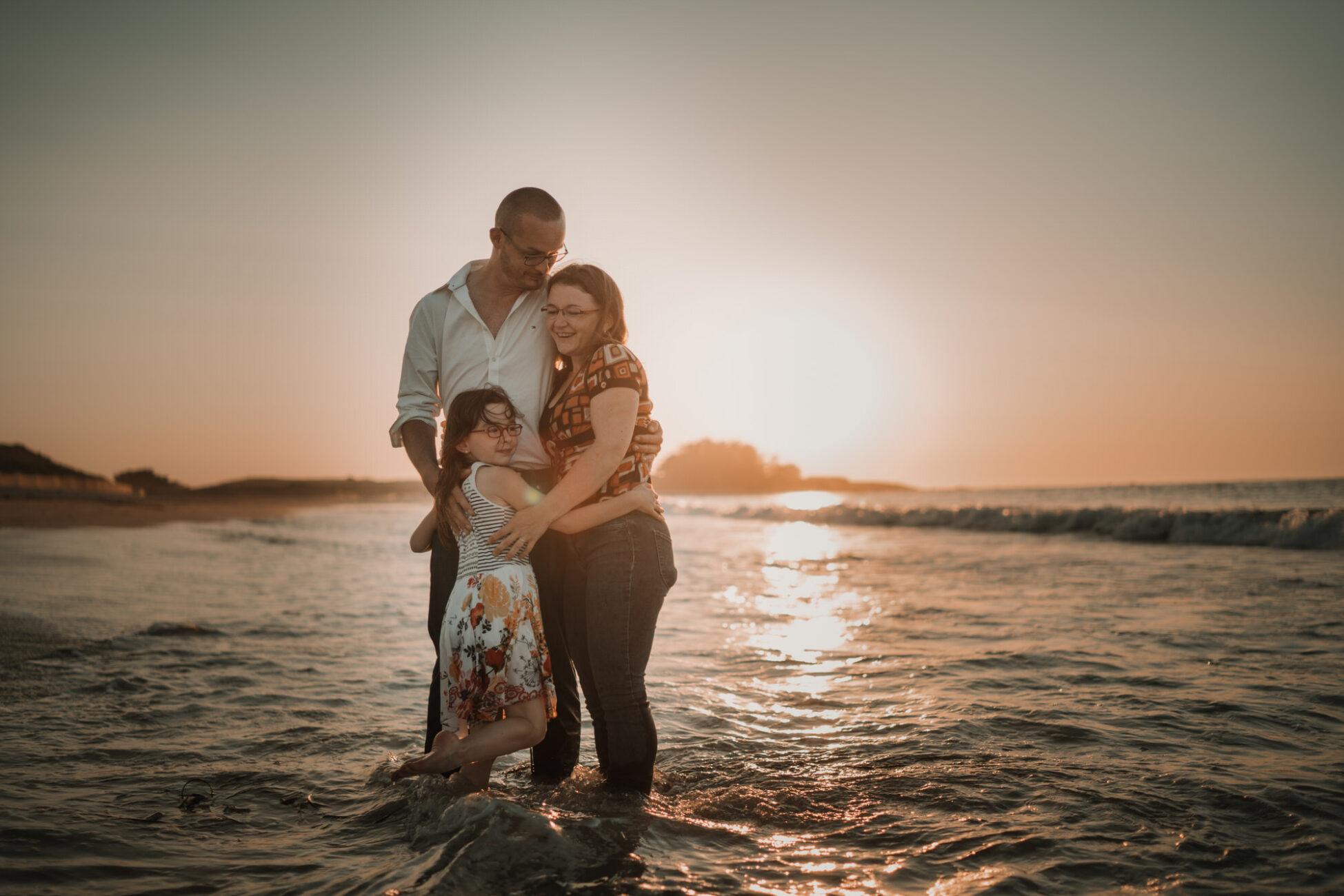 photo de famille sur la plage à Lampaul Ploudalmézeau dans le finistère en bretagne